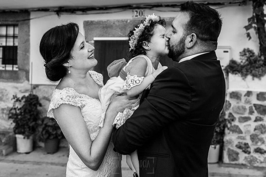 Boda en La Alberca de Sonia y Juanjo realizada por el fotógrafo de bodas en Salamanca Johnny García. Foto de la sesión de postboda mientras Carmen besa a su padre.