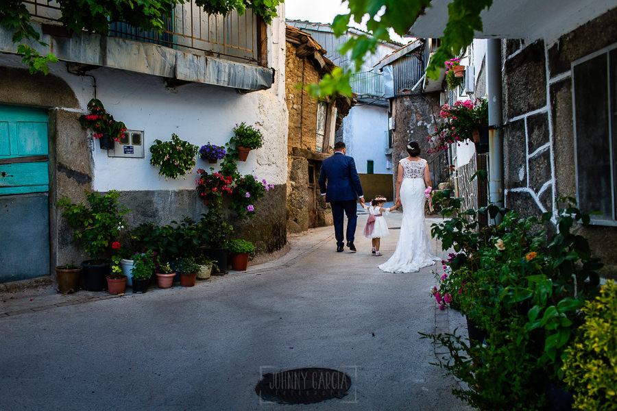 Boda en La Alberca de Sonia y Juanjo realizada por el fotógrafo de bodas en Salamanca Johnny García. Foto de la sesión de postboda por las calles de El Cerro.