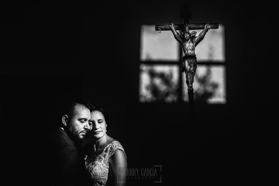 Boda en La Alberca de Sonia y Juanjo realizada por el fotógrafo de bodas en Salamanca Johnny García. Foto de la sesión de postboda en el interior de la iglesia de El Cerro.
