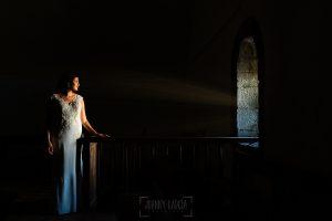 Boda en La Alberca de Sonia y Juanjo realizada por el fotógrafo de bodas en Salamanca Johnny García. Foto de la sesión de postboda, retrato de Sonia en el interior de la iglesia.
