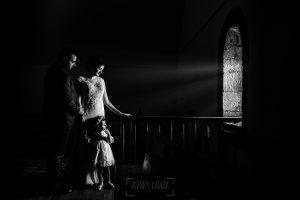 Boda en La Alberca de Sonia y Juanjo realizada por el fotógrafo de bodas en Salamanca Johnny García. Foto de la sesión de postboda, retrato de familia con luz lateral.