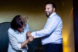 Boda en La Alberca de Sonia y Juanjo realizada por el fotógrafo de bodas en Salamanca Johnny García. Juanjo con su madre.