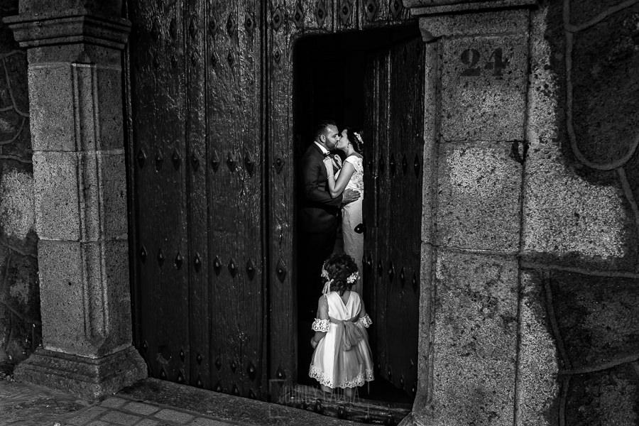 Boda en La Alberca de Sonia y Juanjo realizada por el fotógrafo de bodas en Salamanca Johnny García. Foto de la sesión de postboda antes de salir de la iglesia con Carmen.