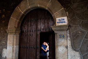 Boda en La Alberca de Sonia y Juanjo realizada por el fotógrafo de bodas en Salamanca Johnny García. Foto de la sesión de postboda, retrto de los novios en la puerta de la iglesia.