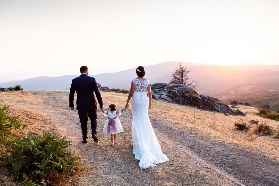 Boda en La Alberca de Sonia y Juanjo realizada por el fotógrafo de bodas en Salamanca Johnny García. Foto de la sesión de postboda, la familia pasea.