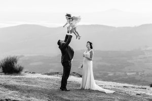 Boda en La Alberca de Sonia y Juanjo realizada por el fotógrafo de bodas en Salamanca Johnny García. Foto de la sesión de postboda, Juanjo lanza al aire a Carmen.