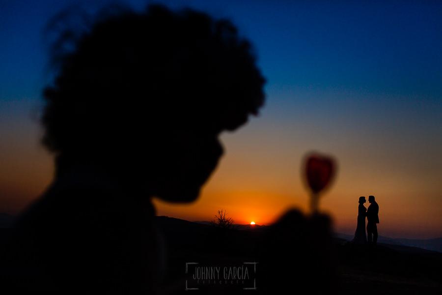 Boda en La Alberca de Sonia y Juanjo realizada por el fotógrafo de bodas en Salamanca Johnny García. Foto de la sesión de postboda de los novios a contraluz.