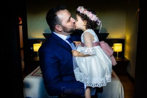 Boda en La Alberca de Sonia y Juanjo realizada por el fotógrafo de bodas en Salamanca Johnny García. Juanjo besa a su hija.