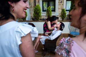 Boda en La Alberca de Sonia y Juanjo realizada por el fotógrafo de bodas en Salamanca Johnny García. Familiares de Sonia observan mientras la maquillan.
