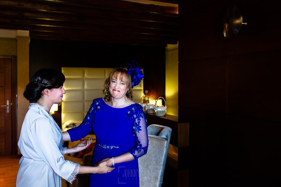 Boda en La Alberca de Sonia y Juanjo realizada por el fotógrafo de bodas en Salamanca Johnny García. La madre de Sonia se emociona.