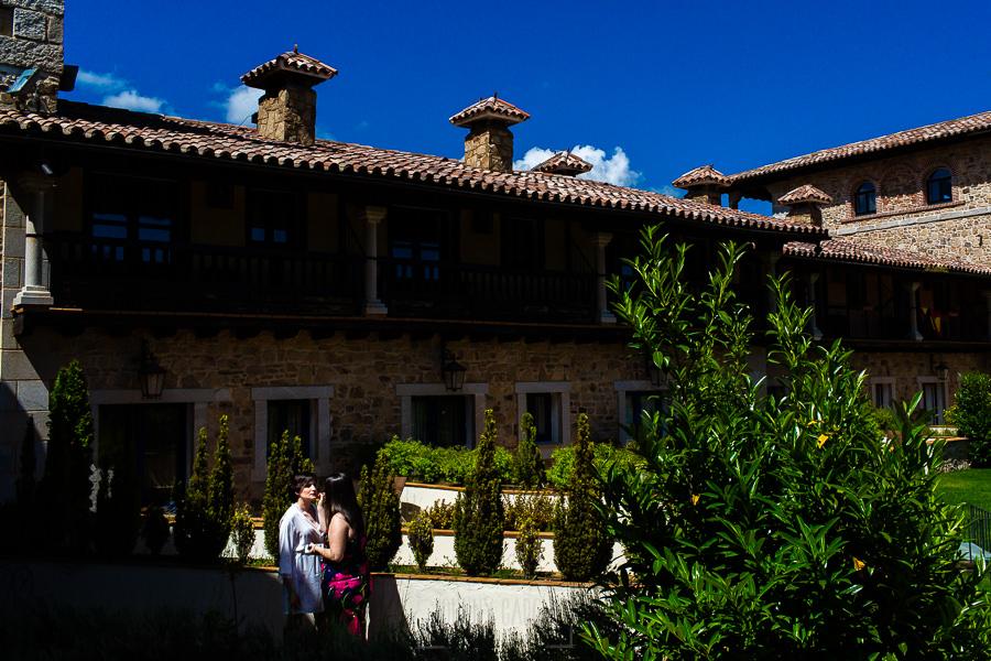 Boda en La Alberca de Sonia y Juanjo realizada por el fotógrafo de bodas en Salamanca Johnny García. Sonia en los jardines se da los últimos retoques a su maquillaje.