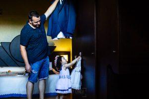 Boda en La Alberca de Sonia y Juanjo realizada por el fotógrafo de bodas en Salamanca Johnny García. Juanjo y la pequeña Carmen colocando el traje y el vestido.