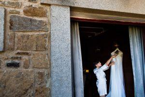 Boda en La Alberca de Sonia y Juanjo realizada por el fotógrafo de bodas en Salamanca Johnny García. Sonia junto a su traje de novia.
