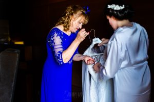 Boda en La Alberca de Sonia y Juanjo realizada por el fotógrafo de bodas en Salamanca Johnny García. La madre de Sonia prepara un anillo para coserlo al vestido.
