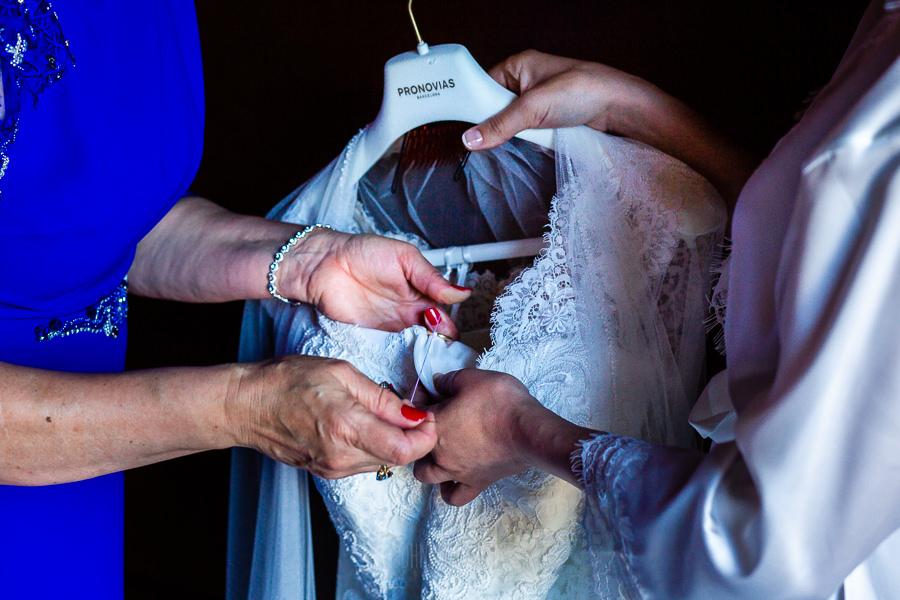 Boda en La Alberca de Sonia y Juanjo realizada por el fotógrafo de bodas en Salamanca Johnny García. Detalle de las manos de Sonia y de su madre.