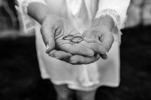 Boda en La Alberca de Sonia y Juanjo realizada por el fotógrafo de bodas en Salamanca Johnny García. Las mans de Sonia con los anillos de la boda.