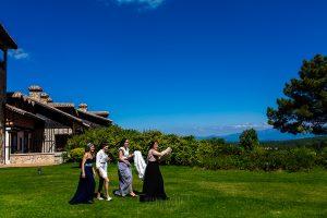 Boda en La Alberca de Sonia y Juanjo realizada por el fotógrafo de bodas en Salamanca Johnny García. Amigas y familiares llevan el vestido para ponérselo a Sonia.