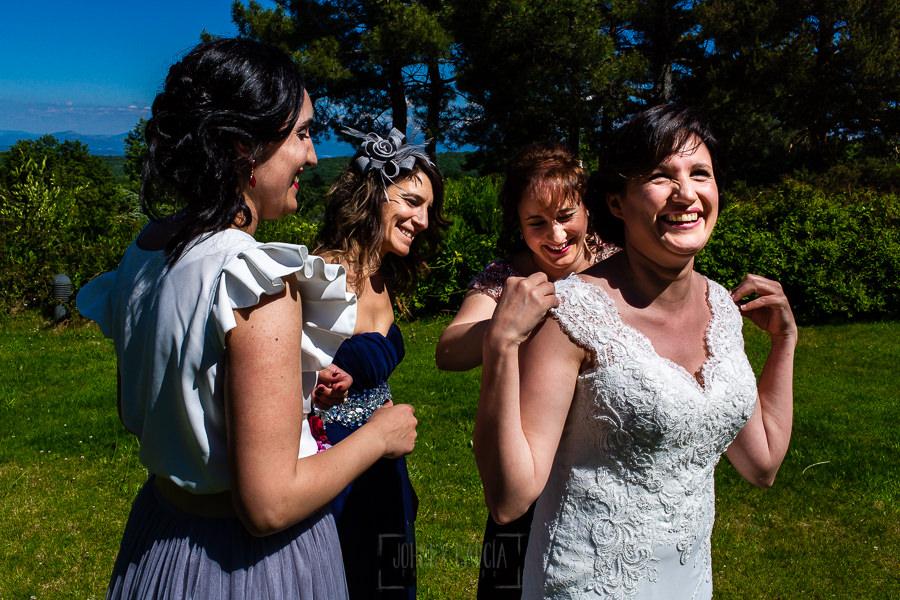 Boda en La Alberca de Sonia y Juanjo realizada por el fotógrafo de bodas en Salamanca Johnny García. Momento de risas mientras visten a Sonia.