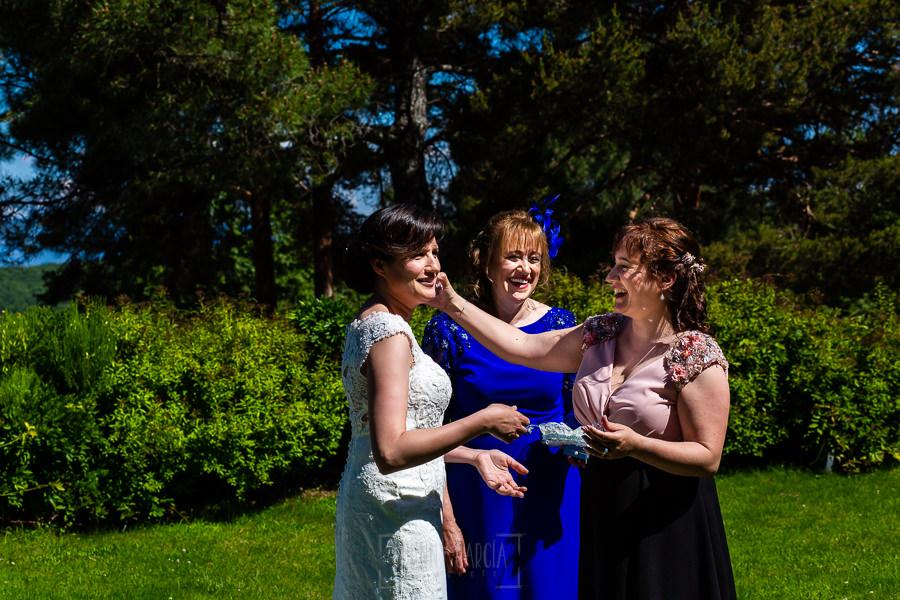 Boda en La Alberca de Sonia y Juanjo realizada por el fotógrafo de bodas en Salamanca Johnny García. La hermana de Sonia se emociona al verla vestida de novia.