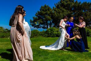 Boda en La Alberca de Sonia y Juanjo realizada por el fotógrafo de bodas en Salamanca Johnny García. Le ponen la liga a la novia.