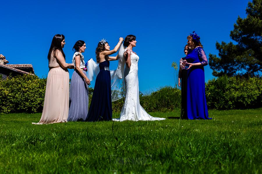 Boda en La Alberca de Sonia y Juanjo realizada por el fotógrafo de bodas en Salamanca Johnny García. Le ponen el velo a la novia.