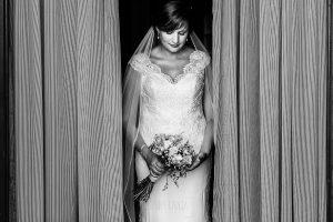 Boda en La Alberca de Sonia y Juanjo realizada por el fotógrafo de bodas en Salamanca Johnny García. Un retrato de Sonia antes de salir a la iglesia.