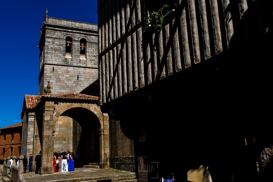 Boda en La Alberca de Sonia y Juanjo realizada por el fotógrafo de bodas en Salamanca Johnny García. Vista general de la iglesia de la Alberca.