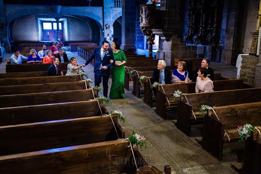 Boda en La Alberca de Sonia y Juanjo realizada por el fotógrafo de bodas en Salamanca Johnny García. Juanjo entra a la Iglesia al lado de su madre.