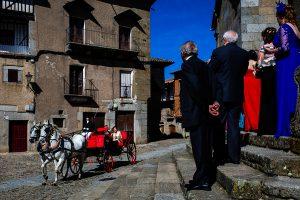 Boda en La Alberca de Sonia y Juanjo realizada por el fotógrafo de bodas en Salamanca Johnny García. Sonia llega a la iglesia en una calesa de caballos.