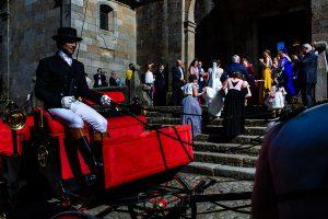 Boda en La Alberca de Sonia y Juanjo realizada por el fotógrafo de bodas en Salamanca Johnny García. Sonia sube las escaleras de la iglesia.