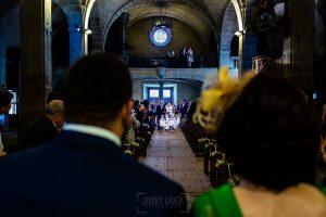Boda en La Alberca de Sonia y Juanjo realizada por el fotógrafo de bodas en Salamanca Johnny García. Sonia entrando a la iglesia vista desde detrás del novio.