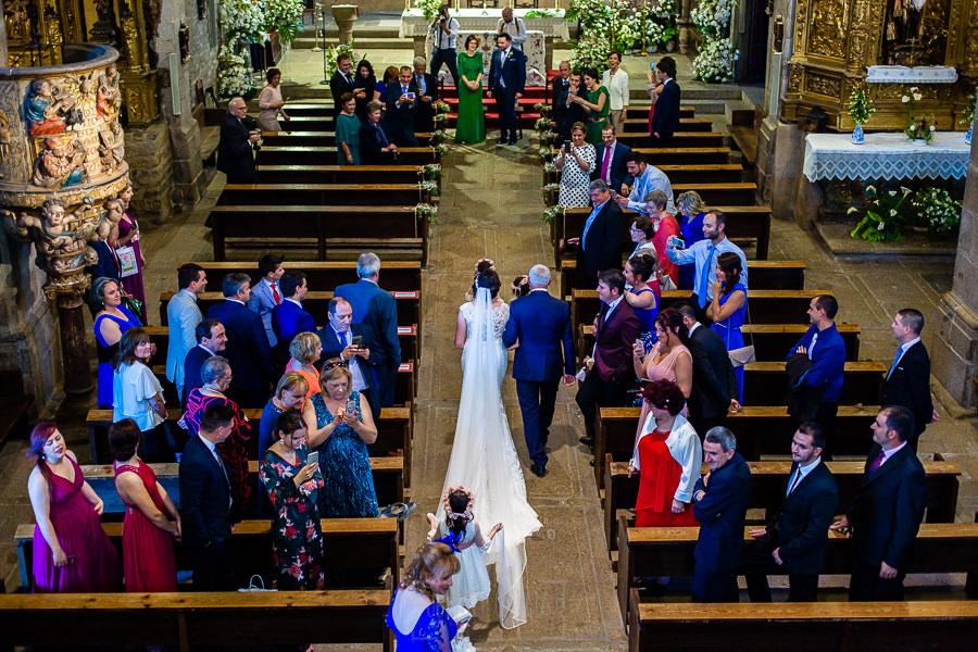 Boda en La Alberca de Sonia y Juanjo realizada por el fotógrafo de bodas en Salamanca Johnny García. Vista desde el coro del momento que entra la novia a la iglesia de La Alberca.