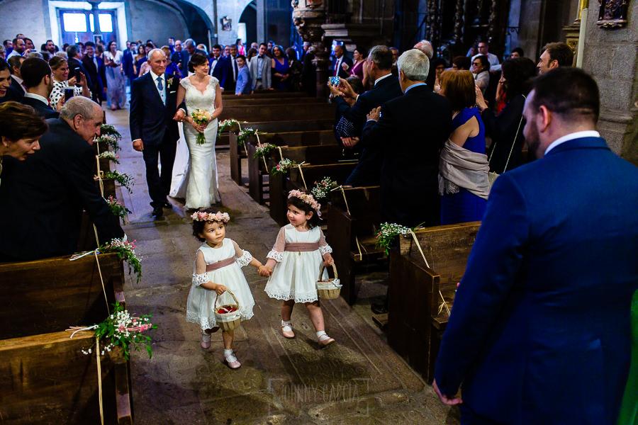 Boda en La Alberca de Sonia y Juanjo realizada por el fotógrafo de bodas en Salamanca Johnny García. Sonia del brazo de su padre llega al altar.