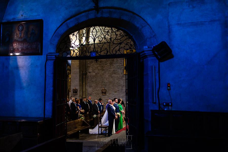 Boda en La Alberca de Sonia y Juanjo realizada por el fotógrafo de bodas en Salamanca Johnny García. Vista de los novios desde el lateral del altar.