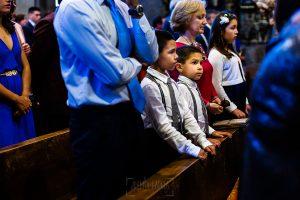 Boda en La Alberca de Sonia y Juanjo realizada por el fotógrafo de bodas en Salamanca Johnny García. alguno de los invitados en la iglesia.