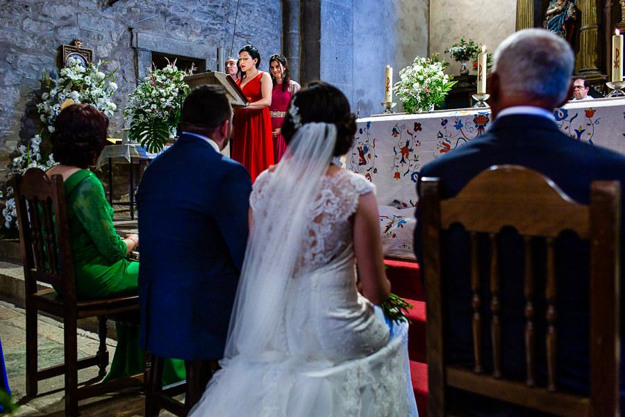 Boda en La Alberca de Sonia y Juanjo realizada por el fotógrafo de bodas en Salamanca Johnny García. Una de las invitadas hace una lectura.