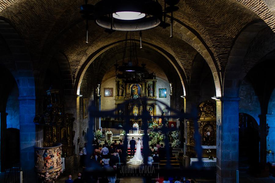 Boda en La Alberca de Sonia y Juanjo realizada por el fotógrafo de bodas en Salamanca Johnny García. Vista del altar desde el coro.