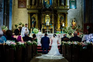 Boda en La Alberca de Sonia y Juanjo realizada por el fotógrafo de bodas en Salamanca Johnny García. Vista trasera de los novios en el altar.
