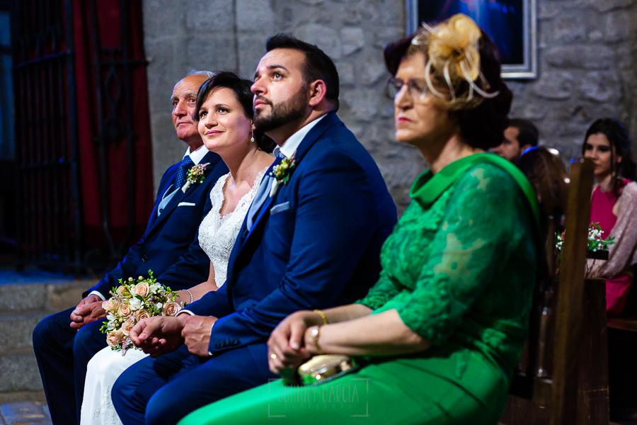 Boda en La Alberca de Sonia y Juanjo realizada por el fotógrafo de bodas en Salamanca Johnny García. Sonia sonríe en una lectura.