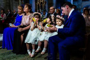Boda en La Alberca de Sonia y Juanjo realizada por el fotógrafo de bodas en Salamanca Johnny García. las más pequeñas comen una bolsa de chuches en la ceremonia.