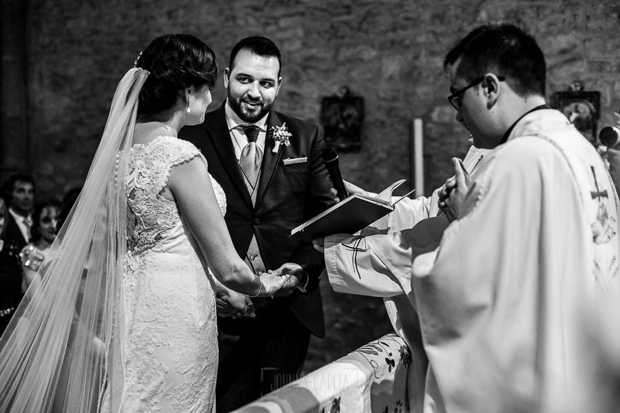 Boda en La Alberca de Sonia y Juanjo realizada por el fotógrafo de bodas en Salamanca Johnny García. Juanjo pronuncia el Sí, Quiero.