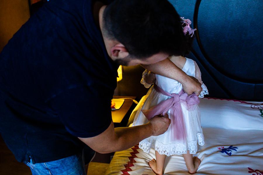 Boda en La Alberca de Sonia y Juanjo realizada por el fotógrafo de bodas en Salamanca Johnny García. Juanjo le ata el lazo del vestido a su hija.