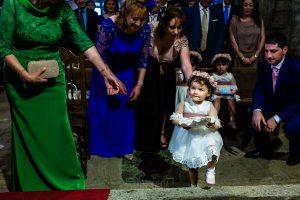 Boda en La Alberca de Sonia y Juanjo realizada por el fotógrafo de bodas en Salamanca Johnny García. La pequeña Carmen lleva los anillos de la boda.