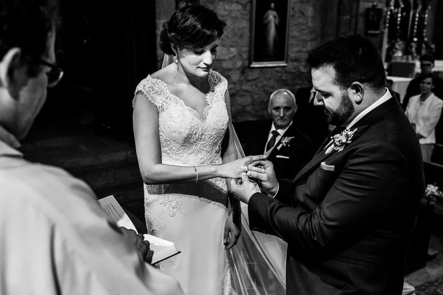 Boda en La Alberca de Sonia y Juanjo realizada por el fotógrafo de bodas en Salamanca Johnny García. Juanjo pone el anillo a la novia.