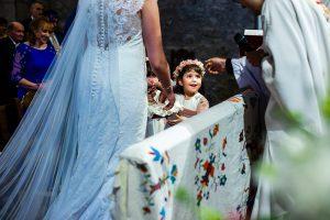 Boda en La Alberca de Sonia y Juanjo realizada por el fotógrafo de bodas en Salamanca Johnny García. las pequeñas llevan las arras.