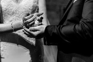 Boda en La Alberca de Sonia y Juanjo realizada por el fotógrafo de bodas en Salamanca Johnny García. Detalle de las manos intercambiando las arras.