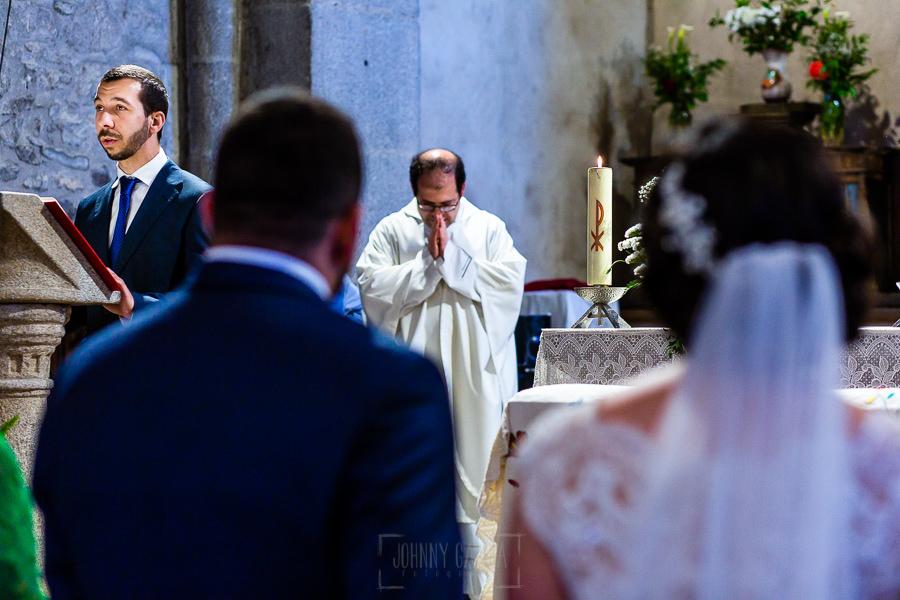 Boda en La Alberca de Sonia y Juanjo realizada por el fotógrafo de bodas en Salamanca Johnny García. Un familiar lee en el altar.