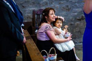 Boda en La Alberca de Sonia y Juanjo realizada por el fotógrafo de bodas en Salamanca Johnny García. La pequeña Carmen con su tía.
