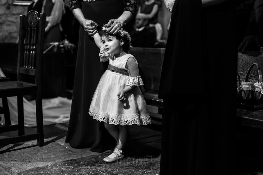 Boda en La Alberca de Sonia y Juanjo realizada por el fotógrafo de bodas en Salamanca Johnny García. La pequeña Carmen durante la ceremonia.