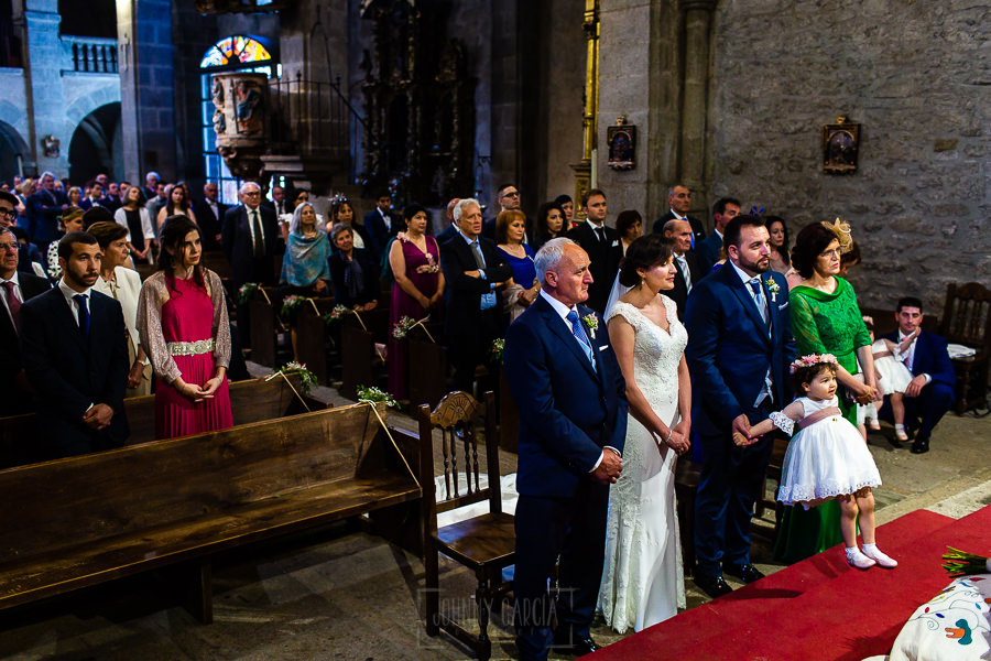 Boda en La Alberca de Sonia y Juanjo realizada por el fotógrafo de bodas en Salamanca Johnny García. Foto de los novios junto a sus padres.